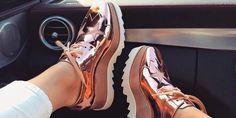 Ideas para usar esos zapatos metálicos que no sabes cómo usar