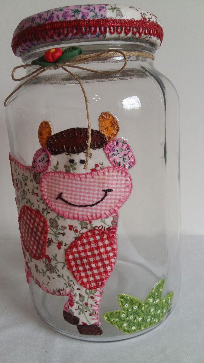 Pote de vidro utilitário e decorativo com aplicação de tecido caseado (bordado) no vidro e tampa de tecido. O modelo do vidro é de palmito com a tampa de boca larga que mede 10 cm (a tampa é de metal).