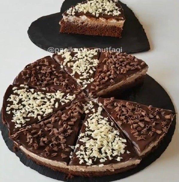 En kolayından çikolatalı pasta 😁 Kakaolu keki sütle ıslatıp yumuşatıyoruz üzerinde labneli krem şanti yarısı sade yarısı çikolatalı ve ..