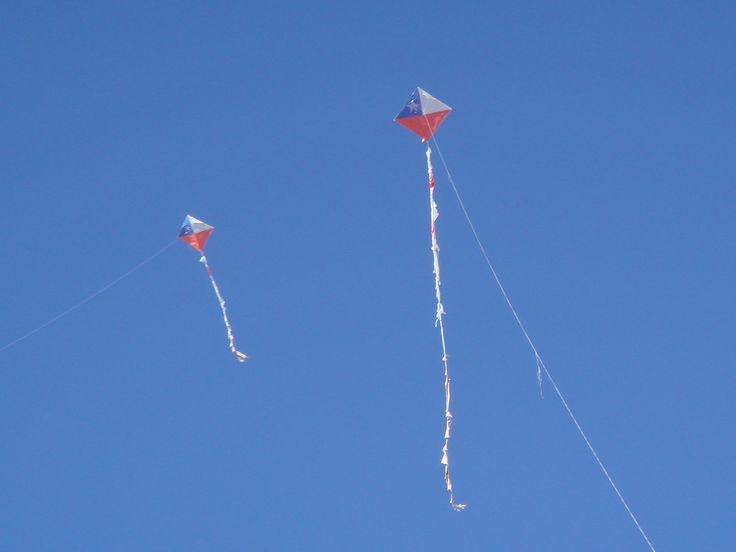 Dois 'volantines' decorados como a bandeira chilena. No Brasil 'volantines' são chamadas de pipas ou papagaios.  Fotografia: Yerson O.
