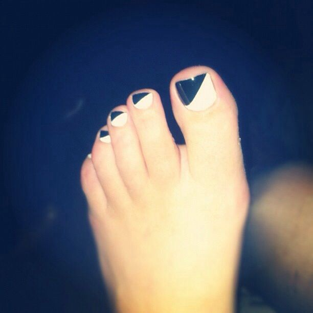 Black Nail Polish Foot: Love This Black And White Pedicure.