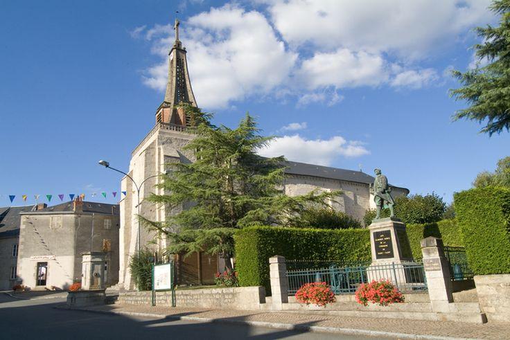 Eglise romane fortifiée (XIe-XIIe). Elle est constituée d'un clocher occidental, d'une nef unique et d'un chevet en abside semi-circulaire. ...Saint Vaury  Creuse France