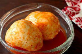 以前みんなのごはんで紹介して爆発的な反響があった「漬けモッツァレラ」。めんつゆに漬け込むだけでモッツァレラチーズが別の次元の美味しさになってしまうというレシピでしたが、今回はそれを超える美味しさと噂の「キムチの素漬けモッツァレラ」をご紹介します。アレンジレシピの「焼きチーズおにぎり」と「豚バラモッツァレラ巻きのバター醬油焼き」も間違いないウマさ。ぜひお試しください。(鶴橋のグルメ・韓国料理)