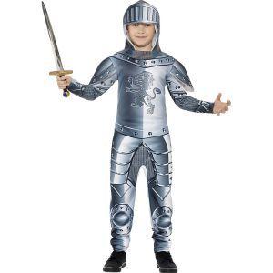 Ce costume de chevalier avec armure pour enfant se compose d'une combinaison et d'une cagoule. Il est disponible en tailles S, M et L. La combinaison est de couleur grise. Elle représente une belle armure en métal. Un blason en forme de lion est imprimé s