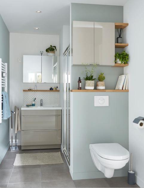 Cette petite salle de bains, belle et fonctionnelle est ...