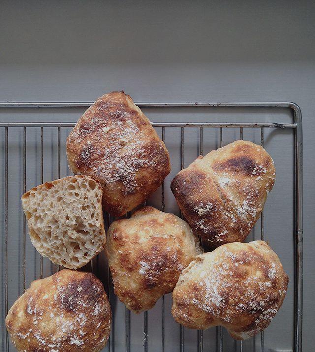En hjemmelavet sandwich er kun rigtig god, hvis brødet også er lækkert. Bag dine egne luftige sandwichboller med en lækker og sprød skorpe. Brød til sandwich er nemt at bage og kræver ingen æltning…