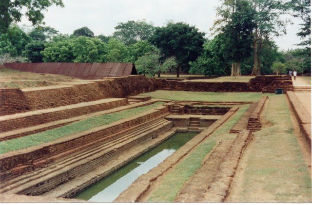 A piscina no complexo dos jardins da antiga cidade de Sigiriya no Sri Lanka (Ceilão). O jardim das águas, um impactante exemplo de hidráulica, secagem e controle de erosão, apresenta espectáculos com água para os visitantes. Há lago artificial, com uma barragem de 12 km, e jardins de águas, cisternas e ilhas artificiais circundando um grande pavilhão ajardinado. A água necessária para alimentar as fontes é operada pela gravidade e pressão artificial, e funciona até hoje.  Fotografia…