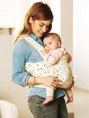 Utilisé depuis des millénaires, ce mode de portage permet de prolonger le lien extraordinaire créé avec Bébé tout au long de la grossesse. DIMENSIONS : 0,60 x 5,20 m.  Cette écharpe de portage s'adapte à la morphologie et à l'âge de l'enfant grâce à de multiples nouages et positions possibles : croisé sur la hanche, double croisé enveloppé... Simple d'utilisation : se règle en quelques secondes. Idéal pour les tout-petits qui peuvent être mis en position ventrale. Utilisation ...