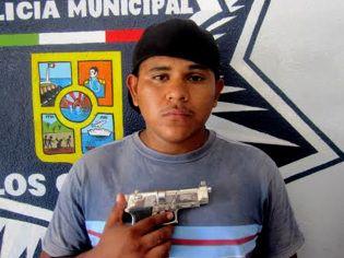 Jesús Adrián Uriostegui Mares amenazó con matar a su suegra con una pistola de juguete / http://noticabos.org/2014/06/22/amenaza-suegra/