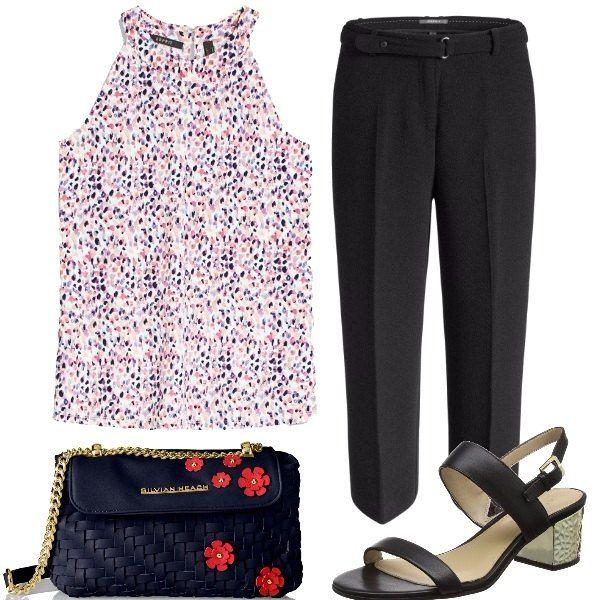 Per dar vita ai pantaloni neri 7/8 larghi al fondo mettiamo il top all'americana tutto spruzzato di colori, una piccola borsa con fiori applicati e i sandali col tacco a blocco.