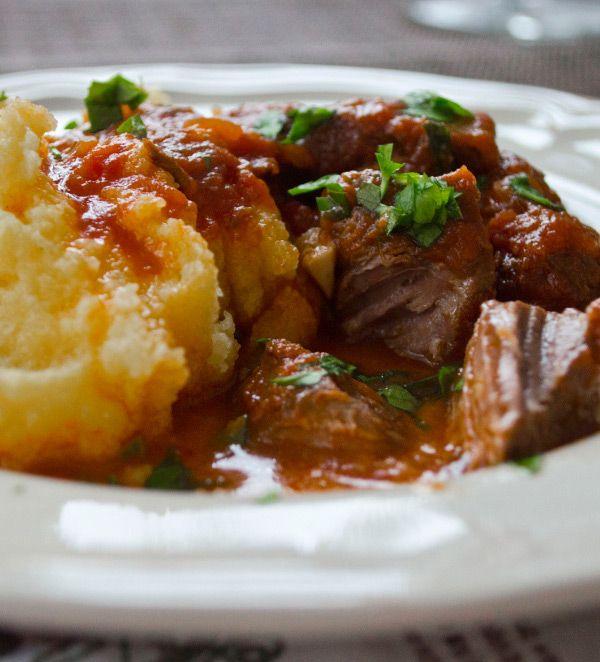 Przepis na wołowinę w sosie z pomidorów i czerwonego wina