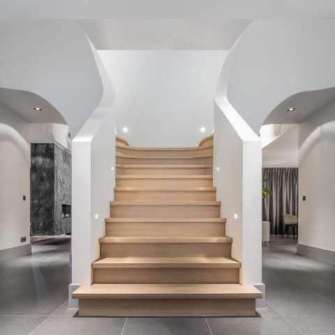 Onze eigentijdse trappen zijn een designstatement in elk interieur. Zij voegen luxe en elegantie toe aan elke ruimte. Klik hier voor inspiratie.