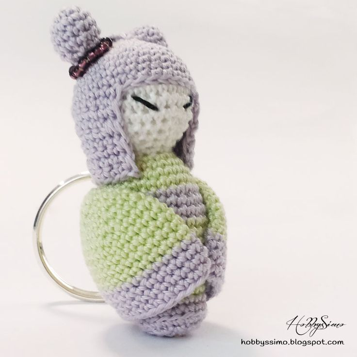 HobbysSimo: Portachiavi bambolina kokeshi amigurumi - Versione lilla e lime