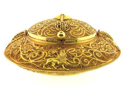 Bolsa de mão feita em ouro, de Jaqueline Kennedy, usada em 1970.  http://elle.abril.com.br/materia/exposicao-tem-pecas-usadas-por-80-mulheres-iconicas-do-seculo-20-2010-09-14-2#image=5159683fabaf7b442e0013f9