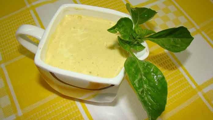 Используя различные соусы к одному и тому же салату, вы каждый раз сможете получать новый результат! В зависимости от соуса, вы получите совершенно новые вкусы и сочетания. Экспериментируйте, эта подборка из пяти рецептов поможет вам... Сметанный соус для салата Ингредиенты:  100 г. сметаны; 1 ч. л. сока лайма или лимона; 2 ч. л. горчицы; половина крупного кислого зеленого яблока; 1/4 корня сельдерея; пучок укропа.  Приготовление:  Яблоко натрите на очень мелкой терке, слейте сок, сбрыз...