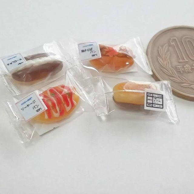 先日作ったパンを包装(^^) 裏面にも表示シール貼りました 製造元はちゃんと「アトリエ・マナ」と書いてあります 小さすぎて読めないけど(笑) #miniature #miniaturefood #clay #ミニチュア #ミニチュアフード #フェイクフード #ドールハウス #粘土 #惣菜パン #菓子パン