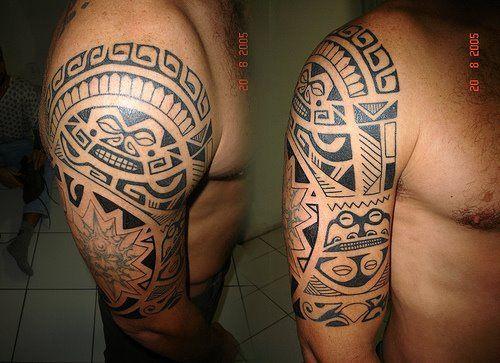 тату на плече с геометрическими узорами в стиле маорийского племени
