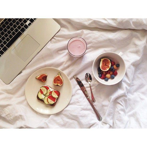 .@anastasia_volkova   пока у меня все еще постельный режим и вместо белого вина в бокале йогурт (@Evan Sharp...
