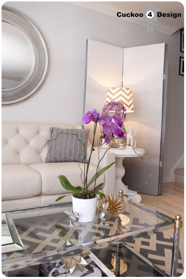 grey, white and gold living room. love the glass coffee tablet cores inspirações pra quarto