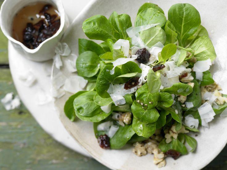 Winterlicher Feldsalat - mit gehobeltem Ziegenkäse - smarter - Kalorien: 227 Kcal - Zeit: 30 Min. | eatsmarter.de Der perfekte Wintersalat!