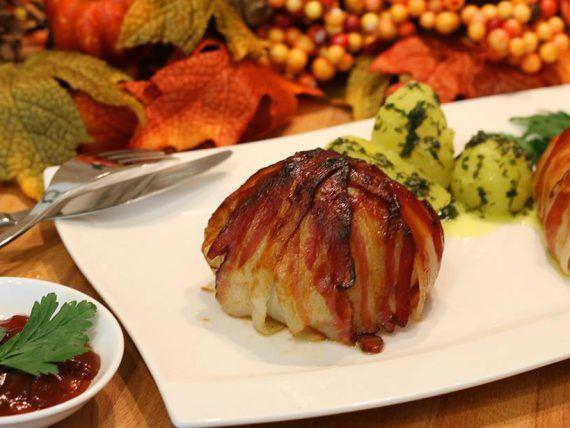 Die gefüllte Zwiebel BBQ - Style wurde eigentlich für den Grill entwickelt, ich habe aber versucht diese für die grilllose Zeit zu adaptieren, um sich auch in dieser Zeit den Geschmack von Rauch und Holzkohle auf den Tisch zaubern zu können