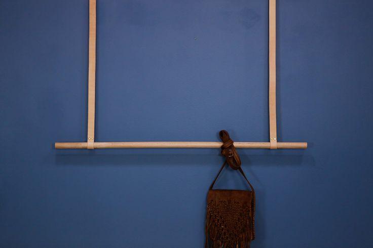 Hengende klesstang i eik med nude lærreimer.   Se mer i vår nettbutikk www.elmholtshop.com