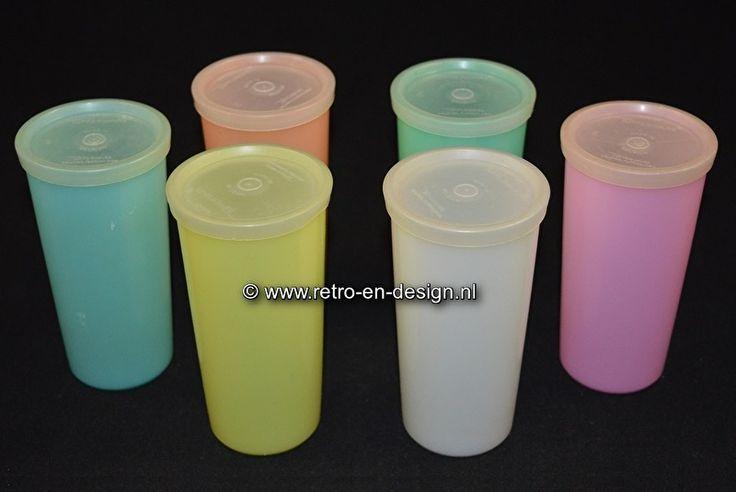 Tupperware drinkbekers met deksel 13 cm  Zes bekers uit de bekende Tupperware serie.  Set van zes vintage Tupperware drinkbekers in een nette staat. Uit de jaren 70 en steeds moeilijker te vinden. Verkrijgbaar in alle zes de beschikbare pasteltinten. Niet alleen fijn om uit te drinken, maar ook nog eens prettig om naar te kijken. Een lust voor het oog. zie: http://www.retro-en-design.nl/a-43440875/tupperware/tupperware-drinkbekers-met-deksel-13-cm/