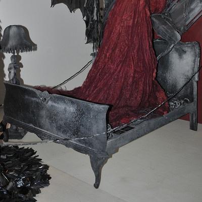 """Letto stile 700 in legno, dipinto con pittura materica, colore grigio scuro, effetto bruciato. Pezzo unico, ideato e scenografato per la mostra """"Dracula e il mito dei vampiri"""", sezione """"La donna vamp"""" a cura di Giulia Mafai."""