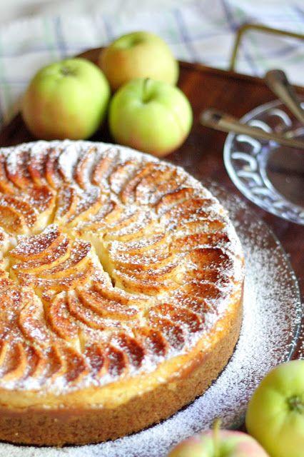 Jokin aika sitten Hulluna Leivontaan-ohjelman Eric Lanlard leipoi omena-juustokakun. Kakku sisälsi digestivepohjan, karamellisoituja omenoita, juustotäytteen sekä päälle tuli lisäksi vielä omenasiivuja. Ohjelman nähtyäni mieleni teki tehdä sellainen. En kuitenkaan saanut reseptiä ylös, joten kehittelin mielessäni vastaanvanlaista ohjetta, josta löytyisi suht samat komponentit ja päätin nyt testata tuota ohjetta. Lopputulos oli mielestäni onnistunut. Olisin kaivannut ehkä …