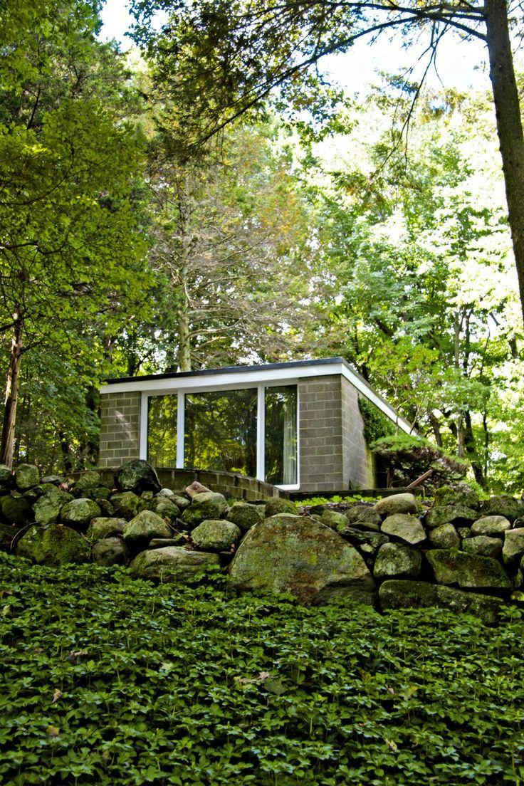 """Дом семьи Бут был построен до того, как Филип Джонсон построил свой знаменитый """"Стеклянный дом"""" в 1949 году. Это его первая завершенный объект, который он построил в 1946 году в предместье Бедфорд, Нью-Йорк, для молодого руководителя рекламного руководителя и его жены, которые хотели дом не далеко от Манхеттена. Они хотели дом функциональный для жилья, но открытый для окружающей среды с прекрасными видами на лес. #Филип #Джонсон #Прицкеровская #премия #Дом #архитектурное"""