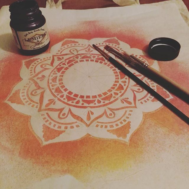 Trabajando en algo nuevo //Working on something new #mandala #rainbowgirlbcn #textileartist #art #totebag #handpainted  #workinprogress #etsy #organic #barcelona #jacquardproducts #freezerpaper