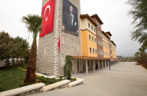 Doğa Okulları Başakşehir Kampüsü'nde bulunan 2 kapalı spor salonu, 2 çok amaçlı salon, bir kapalı yüzme havuzu, 450 kişilik konferans salonu, fen, fizik ve kimya laboratuvarları, sanat atölyeleri ve en büyük özelliklerinden olan 350 m2 alanına yayılan sanat sokağı öğrencilerin kullanımına açık sosyal alanlarımızdır. http://dogakoleji.com/tr/istanbul-kolejler/basaksehir-doga-koleji