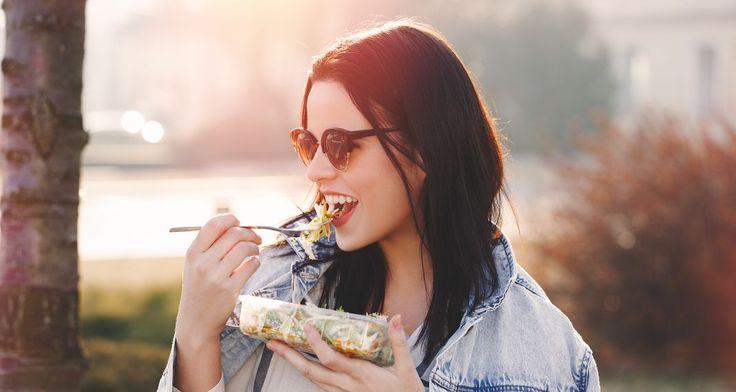 Η λεγόμενη «Reverse Diet» ή αλλιώς «αντίστροφη δίαιτα» είναι  μια από τις πιο δημοφιλείς δίαιτες μέσα στα γυμναστήρια αλλά και τον  χώ...