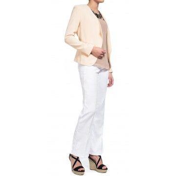 Deze witte linnen trouser sluit mooi aan rond de heup en loopt vanaf het bovenbeen in een rechte lijn wijd uit. Deze luchtige, soepele stof is perfect voor warmere dagen en voelt zacht aan. Zoals je van ons gewend bent is ook deze broek voorzien van een hogere taille, five-pocket-styling, rits- en knoopsluiting, en natuurlijk onze exclusieve en slankmakende Lift Tuck Technology® waardoor je er geweldig uitziet en je ook zo voelt.