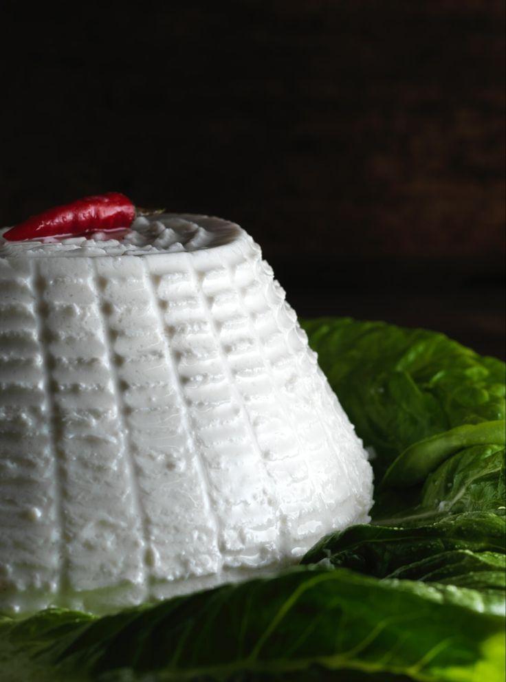 #Ricotta San Patrignano. La nostra ricotta di mucca è dunque cremosa e tendente al dolce. Può essere consumata pura o condita con sale e olio extra vergine o zucchero, o anche impiegata come ingrediente di piatti più complessi.