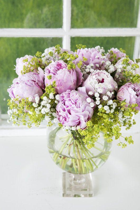 Vakker peonbukett med roser, brudeslør og marikåpe.