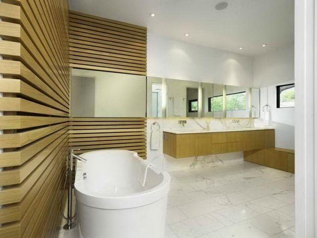 salle bains moderne avec lambris en bois et sol en marbre