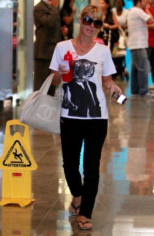 Carolina Dieckmann passeia com visual largado (Mulher Bufê) | Holofote