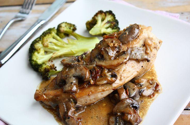 Hoe maak je de Italiaanse klassieker pollo al marsala gewoon thuis? Bekijk hier het makkelijke recept en geniet van dit heerlijke gerecht.