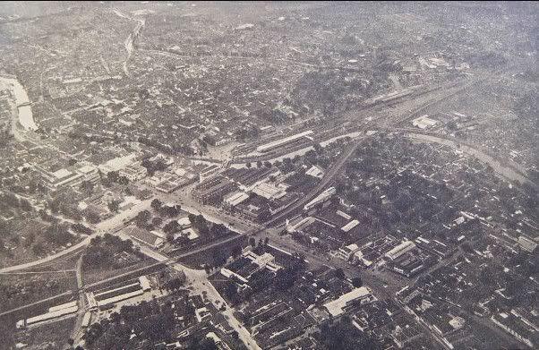Daerah tugu pahlawan, Surabaya.  Dahulunya bernama Kebon rojo yang dulunya berupa taman kota. Saat ini didirikan Gedung bank Indonesia. Bekas Tugu Pahlawan dulunya adalah Gedung Pengadilan Tinggi atau dikenal sebagai Raad van Justitie dan saat penjajahan Jepang menjadi markas Kempetai, lalu dihancurkan pada perang 10 November 1945. Disampingnya tampak Gedung Gubernemen atau Gedung Pemerintahan Gubernur Jawa Timur.