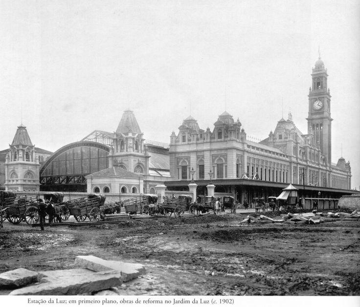 1902 - Estação da Luz. Em primeiro plano temos as obras de reforma do Jardim da Luz. Foto de Marc Ferrez. Acervo do Instituto Moreira Salles.