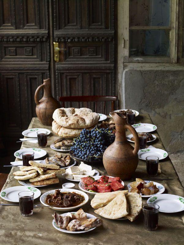lpgeorgia wine family/ mesa familiar con uvas y vino/
