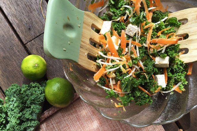 Salada Tailandesa De Gergelim, Tofu, Couve E Cenoura Com Molho De Amendoim