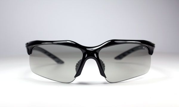 R2 AT061 C napszemüveg. Egy igen elegáns modell, sportos és klasszikus viselethez is. Az r2_at061_c napszemüveg, fotokróm lencsékkel készül, ami a fény erősségétől függően világosodik és sötétedik, de minden esetben teljes UV védelemmel ellátott. KATTINTS IDE!