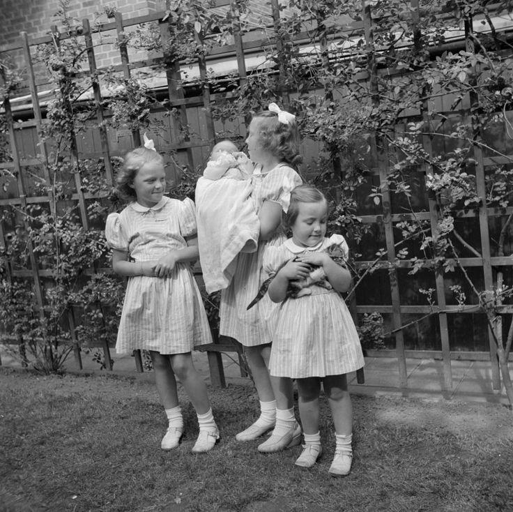 Prinses Irene,Beatrix met haar zusje Marijke en Margriet met haar babypop (NL)