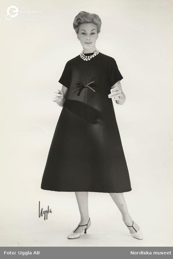 Modell i A-linjeformad klänning och halsband. Från Dior.   Uggla AB (Photographer) - Europeana