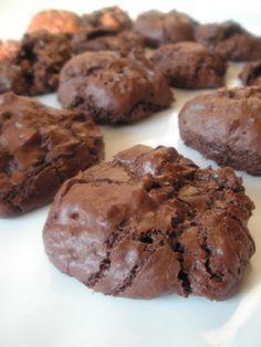 Ces petits biscuits sont parfaits pour terminer des blancs d'oeuf. D'aspect, on s'attend à croquer dans un biscuits croustillant, en fait la coque fait penser à de la meringue, le centre est soufflé avec un coeur moelleux très chocolaté, je vous ai convaincu?!!...                                                                                                                                                                                 Plus