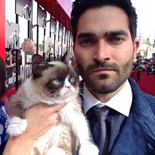 Tyler Hoechlin | 28 Ridiculously Hot Celebrities With Incredibly Cute Cats | Grumpy cat meets his human doppelgänger.