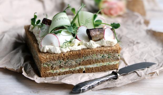 Savusärkikakku on ekologinen ja maukas juhlapöydän herkku! #särki #voileipäkakku #juhlat #kala