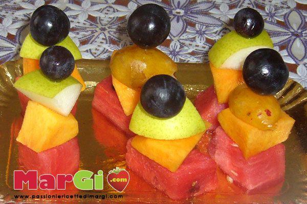 Spiedini di frutta fresca estiva ottimi fine pasto